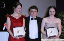 Cristian Mungiu alaturi de Cristina Flutur (st.) si Cosmina Stratan la Cannes