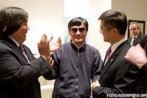 Chen Guangcheng alaturi de ambasadorul american Gary Locke