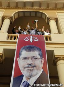 Fratia Musulmana sarbatoreste victoria. Pe banner - Mohammed Mursi