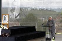 Secretarul de stat Geza Szocs si geanta in care se presupune ca ar fi fost cenusa poetului extremist Nyiro Jozsef