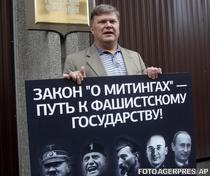 Liderul partidului Yabloko, Sergei Mitrokin, contesta legea care limiteaza libertatea de adunare