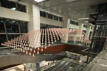 Instalatia Kinetic Rain presupune 1216 picaturi de bronz care se misca in sincron, alcatuind diferite forme tridimensionale