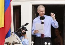 Julian Assange, la balconul ambasadei Ecuadorului