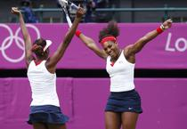 Venus (stanga) si Serena Williams, aurul olimpic la dublu