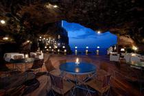 Restaurantul Grotta Palazesse este amenajat in interiorul unei caverne sapate in faleza din Polignano a Mare