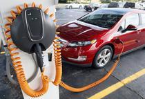 Un Chevrolet Volt parcat la o statie de incarcare cu celule solare