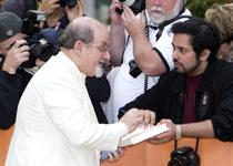 """Salman Rushdie la festivalul de film de la Toronto pentru proiectia filmului """"Midnight's Children"""""""