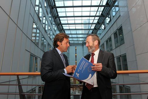 Hendrik Bourgeois, Vicepresedinte pentru Afaceri Europene in cadrul GE (stanga), si Sean Kelly, membru al PE