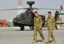 Printul Harry langa un elicopter Apache