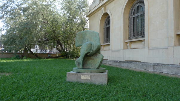 Henry Moore Inclestarea / The Grip