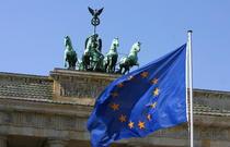 Steagul UE in fata portii Brandenburg
