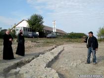 Arheologii au descoperit la Isaccea o basilica crestina. In imagine, in dr., expertul stiintific al santierului arheologic Noviodunum, Florin Topoleanu