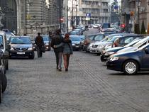 Masini si oameni in zona pietonala din centrul vechi