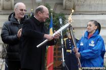 Presedintele Basescu inmaneaza gimnastei Larisa Iordache flacara olimpica a Festivalului Olimpic al Tineretului European