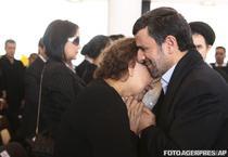 Ahmadinejad o consoleaza pe mama lui Chavez