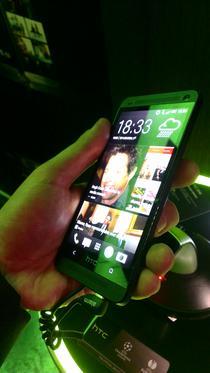 HTC One negru