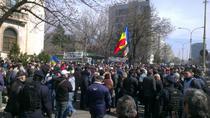 Protest al revolutionarilor la Palatul Parlamentului
