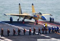 Un aparat J-15 la bordul portavionului chinez Liaoning