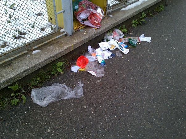 Un nesimtit identificat din Campina, care isi arunca gunoiul pe trotuar