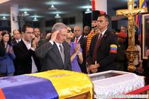 Raul Castro la sicriul lui Chavez