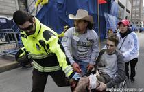 Jeff Bauman, ajutat de Carlos Arredondo si alti doi voluntari