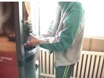 Automat de cafea intr-o scoala din Suceava