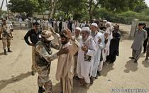 Cozi in fata sectiilor de votare din Pakistan. Alegatorii sunt verificati de fortele de ordine