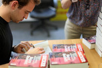 Joël Dicker dand autografe pentru cititorii HotNews