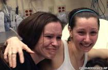 Amanda Berry (dreapta) isi imbratiseaza sora, Beth Serrano