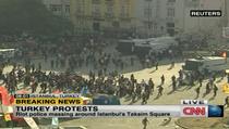 Politia pregatindu-se sa intre in Piata Taksim