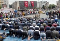 Oamenii se roaga vineri in piata Taksim