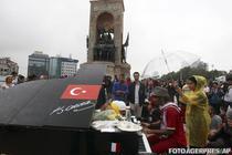 Pianistul Davide Martello in Piata Taksim