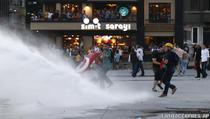 Politia turca alunga protestatarii cu tunuri cu apa