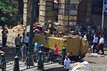 Armata in fata moscheii Al-Fateh din Cairo