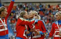 Atletele din Rusia se saruta