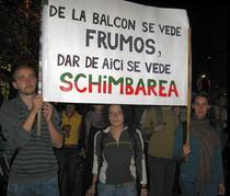 Ana (dreapta) impreuna cu prietenii la protest