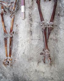 Sapaturi Periprava: Mormantul M1 - detaliu picioare