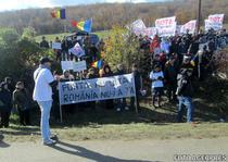Sute de persoane protesteaza la Pungesti