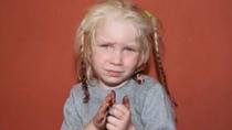 Fetita blonda gasita in tabara de romi