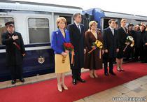 Familia regala coboara din trenul regal ajuns la Bucuresti