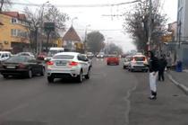 Oameni facand autostopul