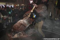 Statuia lui Lenin, doborata si distrusa cu barosul de protestatari