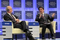 Shinzo Abe, Premier nipon si Klaus Schwab, fondator si presedinte al WEF