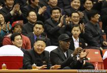 Dennis Rodman si Kim Jong-un la un meci de baschet din Phenian (februarie 2013)