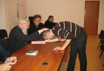 Profesor de religie primind binecuvantarea pentru a participa la titularizare