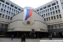 Semnele ucrainene sunt date jos de pe cladirea parlamentara din Simferopol, Crimeea