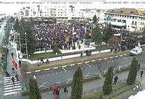 Mii de oameni protesteaza la Mioveni