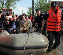 Liviu Dragnea, incadrat de Victor Ponta si Doina Pana, in barca, pe ulitele din Teleorman