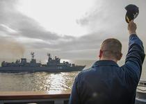Comandantul USS Donald Cook saluta Fregata Marasesti (F 111)