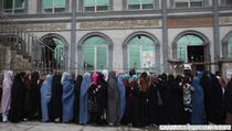 Femei afgane stau la coada pentru a vota, in Kabul
